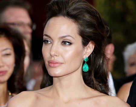 Удалив грудь Анджелина Джоли готовится к новой операции