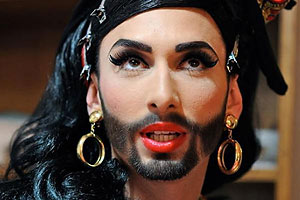 Бородатая певица из Австрии зовет Тео на свидание