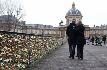 В Беларуси срезают «замки любви» после обрушения моста в Париже